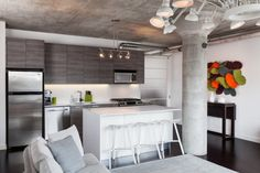 aménagement cuisine en blanc, béton et bois avec éclairage super
