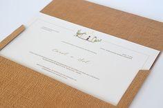 Convite de casamento na praia com ilustração da igrejinha de Trancoso e envelope com efeito de palha ( Convite: Susana Fujita )