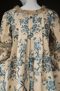 Detail rear view, robe à la francaise, fabric: France (Lyon or Tours) or probably China for the export market, 1765-1770. Cream silk brocaded with blue floral motifs, linen lining, golden lace trim.