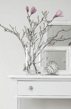 art deco home decor Vase Transparent, Deco Floral, Shades Of White, Ikebana, White Decor, Interior Styling, Planting Flowers, Floral Arrangements, Vases