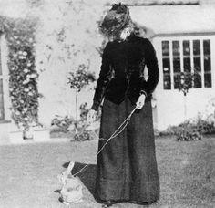 Beatrix Potter met haar konijn Benjamin Bouncer, die haar inspireerde tot de verhalen Peter Rabbit. Wat inspireert jou tot schrijven?
