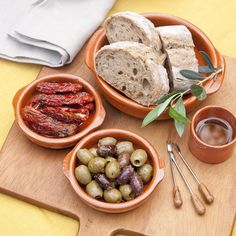Tomatoes secos y aceitunas en vinagre I Dried Tomatoes and Pickled Olives Pickled Olives, Olive Wine, Appetizer Recipes, Appetizers, Food Platters, Dessert, Spanish Food, Snacks, Dried Tomatoes