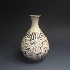 분청사기 박지연당초문주병 粉靑沙器 剝地蓮唐草紋酒甁 (grayish-blue-powdered celadon - lotus and arabesque pattern sculpture)