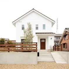 𝙲𝙷𝙾𝙲𝙾𝚃𝚃𝙾 ▷ 𝚜𝚊𝚌𝚑𝚒𝚌𝚘さんはInstagramを利用しています:「MY HOME 記録✍︎ くもりの日のおうち 晴れた青空よりくもりの方が おうちの素朴な感じが出てて好き 瓦も少し濃いブラウンに見える ・ ・ ・ #home #simple #simplehome…」 Home Building Design, House Design, Japan Modern House, White Exterior Houses, Scandi Home, Small Apartment Decorating, Japanese House, Classic House, House Goals
