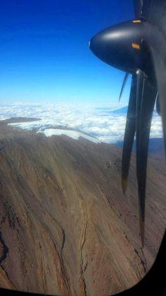Zbliżając się do międzynarodowego lotniska Kilimanjaro w północnej Tanzanii, z samolotu można podziwiać słynne śniegi Kilimanjaro na szczycie góry.