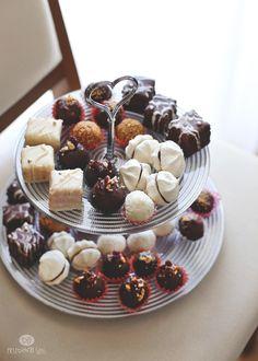 Poslednjih nekoliko godina, kada imamo porodična okupljanja, sitni kolači su postali moj deo posla. Vremenom sam napravila jednu ukusnu i kvalitetnu kolekciju, koja se svaki put poveća za neki novi ukus. Mnogi od recepata su od mojih dragih blogerica, a...