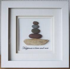 Dies ist eine schöne kleine Kiesel Kunst gerahmte Bild - Zen - Glück hier und jetzt ist von mir selbst mit Kieselsteinen und Treibholz handgefertigt Dieses Pebble-Bild ist in einem Quadrat doppelt montieren weiß Rahmen gerahmt. Größe der Bild inkl. Rahmen: ca. 18 x 18 cm Dieses Bild ist