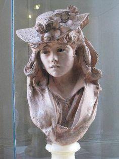 Camille Claudel  Camille Claudel, nome artístico de Camille Athanaïse Cécile Cerveaux Prosper (Aisne, 8 de dezembro de 1864 — Paris, 19 de outubro de 1943) foi uma escultora francesa.