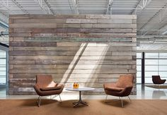 Love the reclaimed wood backdrop with the Happy Lounge chairs Lounge Design, Office Interior Design, Office Interiors, False Wall, Timber Walls, Innovation Centre, Workplace Design, Fireplace Wall, Classic House