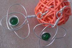 Ohrringe passend zur Kette die Auffällige. Liebevoll aus Alu-Draht geformt, mit einer grünen Glasperle. Ein Unikat und Blickfang, einfach schön♥