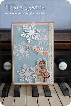 Die Kleine ist zu süß, wie sie da dick eingepackt mit ihrem Blumenstrauß im Schnee steht.     Das Motiv stammt von einer Original-Postkarte aus der Ze Poster, Etsy, Frame, Instagram, Home Decor, Snow, Xmas Cards, Postcards, Picture Frame