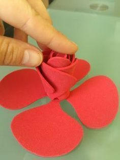 This is so cute but it's in Spanish Twine Flowers, Paper Flowers Diy, Felt Flowers, Flower Crafts, Fabric Flowers, Foam Crafts, Diy And Crafts, Crafts For Kids, Arts And Crafts