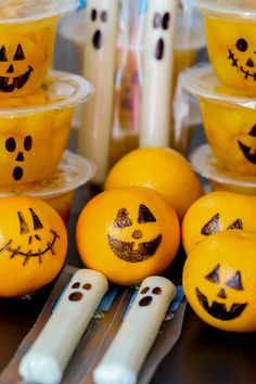 If you're in need of healthy Halloween snacks, look no further! With just a black sharpie, you can turn string cheese, clementines, and fruit cups into cute and festive Halloween treats. Halloween Desserts, Halloween Party Kinder, Comida De Halloween Ideas, Halloween Fruit, Halloween Snacks For Kids, Halloween Cookie Recipes, Healthy Halloween Treats, Halloween Treats For Kids, Fete Halloween