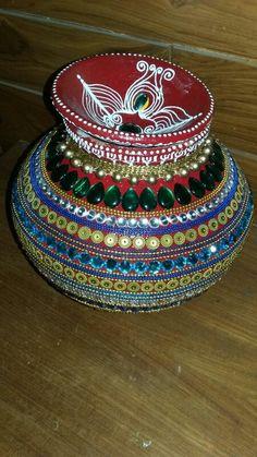 Decorative matki for indian wedding Kalash Decoration, Thali Decoration Ideas, Pottery Painting Designs, Pottery Designs, Festival Decorations, Flower Decorations, Plastic Spoon Crafts, Diwali Craft, Glitter Crafts