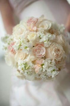Bouquet da sposa dai colori pastello rosa e bianco, impreziosito da perline e fiori di campo.
