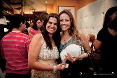 A querida Nívia Vivas, da Vivas Lingerie, com a noivinha que foi sorteada e levou para casa um conjunto de lingerie para a noite de núpcias #vivaslingerie #lingerie #colherdechanoivas #paradis #rafaelportofotografiasocial