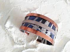 Bracelet en fil alu,  carton et papier peint bleu et argent