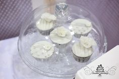 whites wedding cupcakes