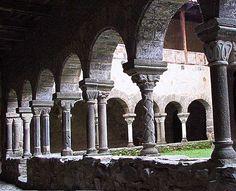 Abbatiale St-André de lavaudieu (Haute-Loire) - région Auvergne -  les colonnes de la galerie du Cloïtre (en alternance une seule ou deux) Roman, Auvergne