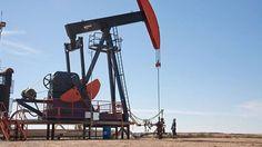 أسعار النفط ترتفع مع إشارة أوبك إلى استعادة السوق توازنها -  ارتفعت أسعار النفط اليوم الثلاثاء في الوقت الذي قالت فيه أوبك إن هناك مؤشرات واضحة على أن السوق تستعيد توازنها وفي الوقت الذي يظل فيه الإنتاج الأمريكي متأثرا بالإعصار نيت. جرى تداول العقود الآجلة لخام غرب تكساس الوسيط الأمريكي عند 49.65 دولار للبرميل بارتفاع سبعة سنتات أو ما يعادل 0.1%عن الإغلاق السابق. وارتفعت العقود الآجلة لخام القياس العالمي مزيج برنت 12 سنتا أو ما يعادل 0.2% إلى 55.91 دولار للبرميل. ويقول متعاملون إن الأسعار…