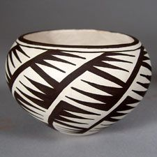 Acoma Pueblo Pottery in Maine - Presenting both traditional and contemporary pottery by Acoma artists. African Pottery, Native American Pottery, Native American Art, Ceramic Clay, Ceramic Pottery, Vases, Pots, Pueblo Pottery, West Art