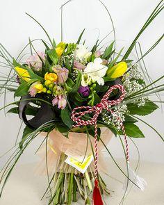 Buchet cu flori de 1 Martie - flori vesele, colorate si parfumate, de primavara Spring Time, Floral Arrangements, Projects To Try, Floral Wreath, Greeting Cards, Wreaths, Table Decorations, Rose, 8 Martie