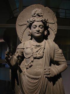 Bodhisattva debout, monastère de Shahbaz-Garhi, (Gandhara) ie‑iiie siècle. Musée Guimet, Paris