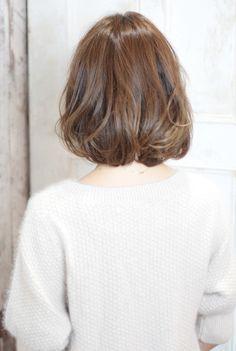 肩上のボブ、やや前上がりのAライン重めスタイル。  段差があまりないので大人っぽい印象に。  毛量は内側を軽くしてセットしやすくつくっています。    低温デジタルパーマで1,5回転の施術。  柔らかな曲線、女性らしさでハッピーオーラに♪    カラーは自然なグラデーションカラーで  透明感のある赤味を抑えたクリーミーベージュをオン。    スタイリング剤はやや固めのワックスを使用