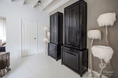 Chalk Paint Island White and River Silt. On the floor our FloorPaint in White. The cabinet in Gloss color Slate Grey