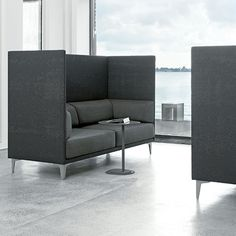 ApoLuna Box er en sofa som hjælper med at dæmpe støjniveauet. Den passer perfekt i loungeområder. Klassisk design fra Erik Jørgensen. Fås i flere farver.