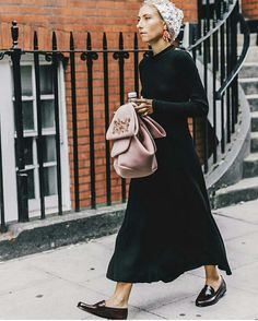 A simple but effective look: a long and comfortable dress in a flashy color, comfy espadrillas, a littel bomber, crossbody bag. I love Kate Foley's style! This top with big. Street Style 2017, Street Chic, Jessica Parker, Lookbook, Grace Kelly, Looks Cool, Look Fashion, Autumn Winter Fashion, Style Icons