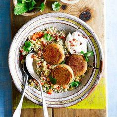 In dit heerlijke gerecht komen deze twee toppers uit de Arabische keuken samen. Geef er je eigen twist aan met deze falafel variatie of door andere ingredienten, zoals gegrilde aubergine door je couscous te doen.    1 Verwarm de oven voor...