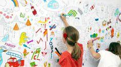 Un pan de papier peint à colorier dans la chambre des enfants