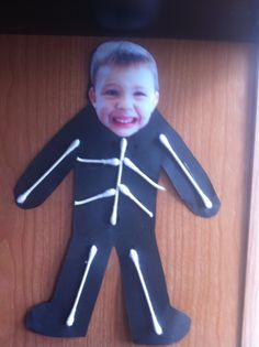 This is a cute craft to do around Halloween time! It involves seeing themselves as a skeleton while using fine motor skills putting the Q-tips as their bones on construction paper. The kids at my day care would love to do this! Preschool Projects, Daycare Crafts, Classroom Crafts, Preschool Art, Toddler Crafts, Preschool Activities, Body Preschool, Preschool Pictures, Halloween Crafts For Kids