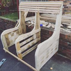 Commissioned Garden Pallet Bench: Garden bench made from several long length pallets. Informations About Commissioned Garden Pallet Bench Pallet Furniture, Outdoor Furniture, Pallet Benches, Pallet Tables, Pallet Bar, Outdoor Pallet, Pallet Sofa, Furniture Projects, Furniture Design