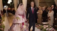 A noiva Ana Carolina Valadares Gontijo, entrando com seu pai. Lindo vestido Dolce e Gabbana