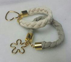 Pulseras de trapillo | Aprender manualidades es facilisimo.com Rope Jewelry, Macrame Jewelry, Fabric Jewelry, Jewelry Art, Jewelry Design, Jewellery, Homemade Bracelets, Yarn Bracelets, Bracelet Tutorial