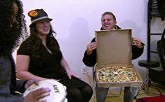 Pela primeira vez em Boston, Luciano Huck faz entrega de pizzas