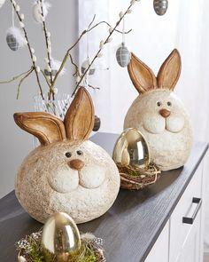Diese Osterdeko bringt fröhliche Stimmung in deine Festtage und Kinderaugen zum Strahlen. 🥰 Snowman, Christmas Ornaments, Holiday Decor, Fun, Home Decor, Environment, Fake Flowers, Beams, Mood