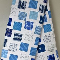 Our modern log cabin blue and white toddler quilt is finished! Details are in…