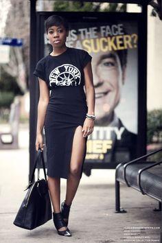 Uma das peças mais básicas e essenciais no guarda-roupa feminino é a T-shirt. A camisetinha que tanto gostamos pode montar looks super modernos e até mesmo muito femininos e agora as t-shirts estampadas estão super em alta! COMO USAR: Para um efeito moderno, invista em looks com uma pegada hi-lo, peças mais sofisticadas unidas com …