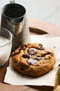 La recette super gourmande parfaite pour un dimanche après-midi pluvieux. #cookies #foodphotography #foodstyling #photographeculinaire Cookies, Bagel, Camembert Cheese, Dairy, Bread, Food, Instagram, Greedy People, Sunday