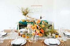 Set a breathtaking tablescape for your Friendsgiving dinner celebration this Thanksgiving.