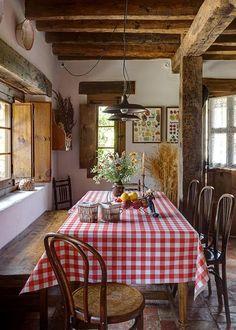 Ambiance rustique dans la salle à manger avec cette nappe à carreaux traditionnelle