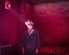 Ronghui Chen, galardonado con el segundo premio en la categoría temas contemporáneos. La imagen muestra a un trabajador en una fábrica de decoración navideña en China.