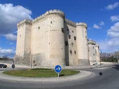 Le château de Tarascon doté de tours, d'un pont et de douves est une imposante forteresse aux portes de la Provence. Le Roy René (Duc d'Anjou qui hérita de la Provence en 1435) y résida.   Tarascon - Bouches du Rhône
