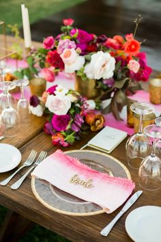 Pretty spring wedding table decor ideas | pink ombré napkin