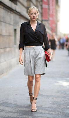 Street style look com bermuda cinza e polo preta