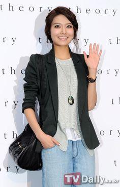 #SNSD #Sooyoung at Theory Shop Opening