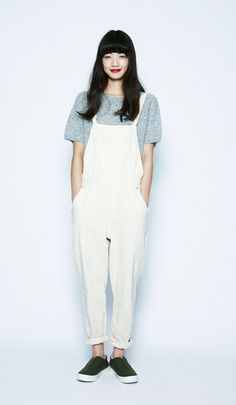 This workman-look is achieved through the perfect balance of white overalls against a soft mohair short-sleeved sweater. This loose, mixed style lets you enjoy autumn feeling light. Japanese Fashion, Asian Fashion, Look Fashion, Fashion Beauty, Girl Fashion, Womens Fashion, Korean Outfits, Mode Outfits, Casual Outfits